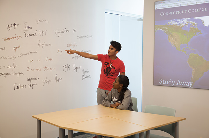 A tutor educates in the Global Learning Lab