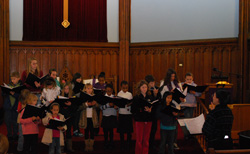 Kate Schmicker ´13 helps the youths of Voice on the Thames practice